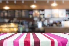 Drewniany stołowy wierzchołek na kawowym kawiarnia kontuaru baru tle Zdjęcia Royalty Free