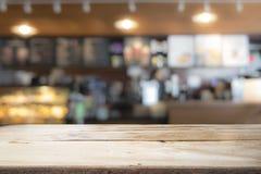 Drewniany stołowy wierzchołek na kawowym kawiarnia kontuaru baru tle Obraz Stock