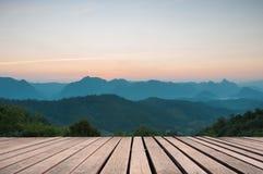 Drewniany stołowy wierzchołek na Majestatycznym zmierzchu w góra krajobrazie Obrazy Royalty Free