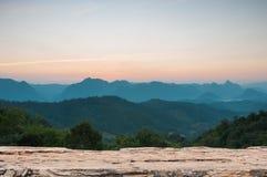 Drewniany stołowy wierzchołek na Majestatycznym zmierzchu w góra krajobrazie Obrazy Stock