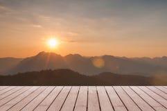 Drewniany stołowy wierzchołek na Majestatycznym zmierzchu w góra krajobrazie Obraz Stock