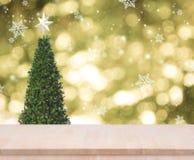 Drewniany stołowy wierzchołek na złocistym bokeh choinki tle Zdjęcia Royalty Free