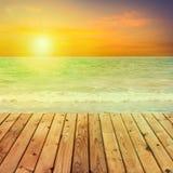 Drewniany stołowy wierzchołek na zamazanym morzu Fotografia Royalty Free