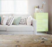 Drewniany stołowy wierzchołek z plamą geometryczne deseniowe poduszki na wygodnym Obrazy Stock