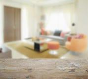 Drewniany stołowy wierzchołek z plamą nowożytny żywy izbowy wnętrze z pomarańczowym brzmieniem Fotografia Royalty Free