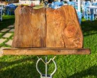 Drewniany stojak dla menu Zdjęcia Royalty Free