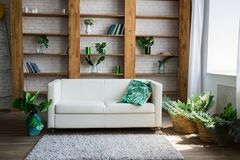 Drewniany stojak z białą kanapą obok go fotografia stock