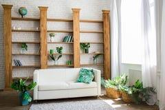 Drewniany stojak z białą kanapą obok go obraz stock