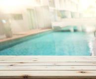 Drewniany Stołowego wierzchołka tło i basen Zdjęcie Royalty Free