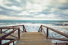 Drewniany stopa most na morzu Zdjęcia Royalty Free