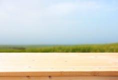 Drewniany stołu i łąki tło gotowy artykułu żywnościowy pokaz Zdjęcia Stock
