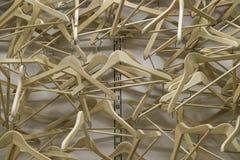 Drewniany sukiennego wieszaka nieładu zrozumienie na ścianie Fotografia Royalty Free