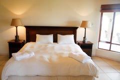 drewniany sypialnia łóżkowy luksus Fotografia Royalty Free