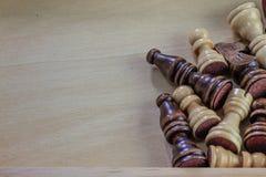 Drewniany szachowych kawałków drewniany tło Zdjęcie Stock