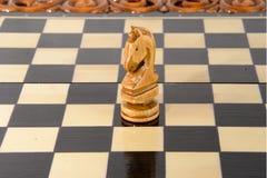 Drewniany szachy Czarny i biały rycerz Fotografia Royalty Free