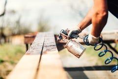 drewniany szalunek z brown kolorem podczas odświeżanie prac Zdjęcie Stock