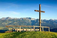 Drewniany szczytu krzyż z scenicznym widokiem pasmo górskie Obraz Royalty Free