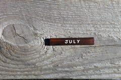 Drewniany sześcian z imieniem miesiąc przy starą deską bigos Fotografia Royalty Free