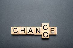 Drewniany sześcian z słowo zmianą szansa na drewno stole Osobisty rozwój, kariery zmiana yourself i przyrost pojęcie lub Pojęcie obraz stock
