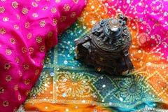 Drewniany szkatuły pudełko z orientalnymi wzorów słoniami pełno złocista biżuteria na Malinowym tkaniny tle zdjęcia royalty free