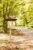 Drewniany szlakowy pointer na drodze w drewno pogodnym letnim dniu obrazy royalty free