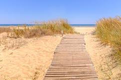Drewniany szlakowy prowadzić plażowy Isla Canala, Ayamonte, Hiszpania fotografia royalty free