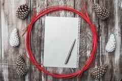 drewniany tła odizolowywający tło rożki protestują sosnowego biel dekoracyjna okrąg czerwień Przestrzeń dla wiadomości Xmas, boży Fotografia Royalty Free