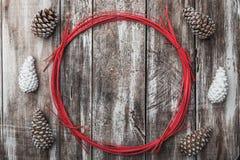 drewniany tła odizolowywający tło rożki protestują sosnowego biel dekoracyjna okrąg czerwień Przestrzeń dla wiadomości Xmas, boży Zdjęcie Royalty Free