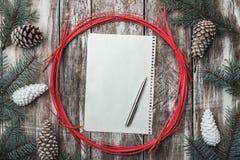 drewniany tła Rożki i jodeł gałąź dekoracyjna okrąg czerwień Przestrzeń dla wiadomości Xmas, bożych narodzeń i nowego roku, Zdjęcia Stock