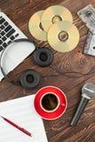 Drewniany tło z audio przyrządami zdjęcie royalty free