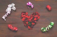 Drewniany tło z sercem od płatków wysuszeni kwiaty i co zdjęcie royalty free