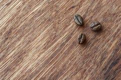 Drewniany tło i kawowe fasole Zdjęcia Stock