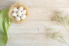 Drewniany tło z jajkami Zdjęcia Royalty Free
