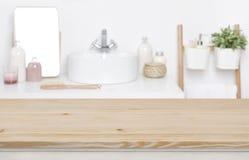 Drewniany tabletop dla produktu pokazu nad defocused łazienki wnętrza tłem zdjęcie royalty free
