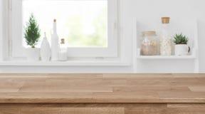 Drewniany tabletop przed zamazanym kuchennym okno, półki tło obraz stock