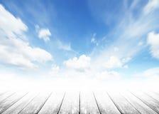 Drewniany tabletop przedpole z światłem słonecznym chmurnieje niebo podczas ranku tła Błękitny, biały pastelowy niebo, miękki ost fotografia royalty free