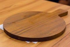 Drewniany talerz dla pizzy Zdjęcia Royalty Free