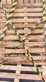 Drewniany talerz z koloru żółtego i czerni taśmą obraz stock