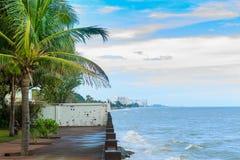 Drewniany taras na plaży patrzeje iskrzasty morze, fala Zdjęcia Stock
