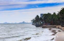Drewniany taras na plaży patrzeje iskrzasty morze, fala Fotografia Royalty Free
