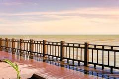 Drewniany taras na plaży patrzeje iskrzasty morze, fala, Fotografia Royalty Free