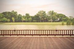 Drewniany taras z jeziornym widokiem Zdjęcia Stock