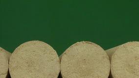 Drewniany trociny brykietuje prostującego, zielonego tło, Paliwa alternatywne, życiorys paliwo zdjęcie wideo