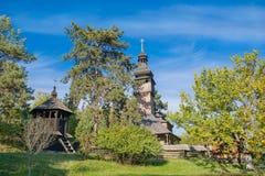 Drewniany ukraiński antyczny kościół w parku Obrazy Stock