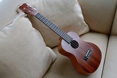 Drewniany ukulele opuszczać na leżance obraz royalty free