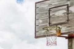 Drewniany uliczny koszykówka obręcz zdjęcia stock