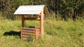 Drewniany w podmiejskim terenie dobrze zbiory