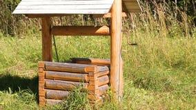 Drewniany w podmiejskim terenie dobrze zdjęcie wideo