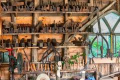 Drewniany warsztat z drewnianymi tnącymi narzędziami fotografia royalty free