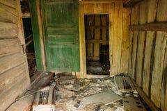 Drewniany Wewnętrzny ganeczek Zaniechany Intymny dom na wsi W Evacuat Zdjęcia Royalty Free